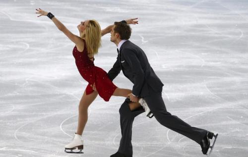 [高清组图]尴尬!冰舞帅哥比赛中裤子被冰刀划开
