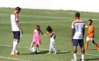 [高清组图]范佩西教女儿踢球 爱女假动作像模像样