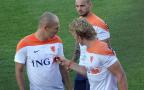 [高清组图]备战半决赛 荷兰队众将为球迷签名