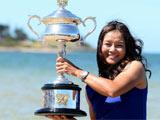 [澳网]新科女单冠军李娜墨尔本展示冠军奖杯