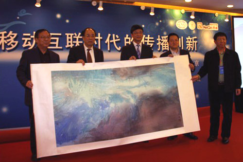 """(图)会上,赵启正、刘北宪社长、林宇及其他嘉宾共同展示""""龙云腾飞""""画作"""