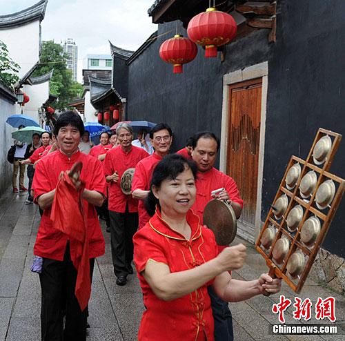 """""""五一""""节,国家级非物质文化遗产《十番音乐》在福州传统古街行奏,受到海内外游客热捧。中新社发 刘可耕 摄"""