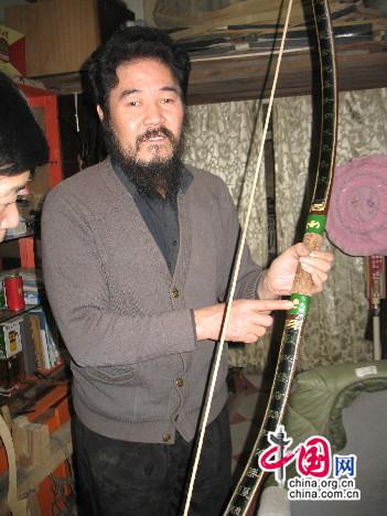 杨福喜手持清道光三年制老弓
