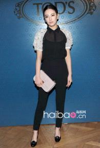 张雨绮以简单的衬衫搭配亮相某国际品牌北京发布会