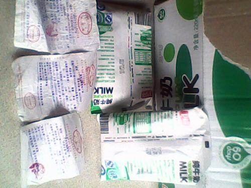 卫岗利乐枕20120611D H59 5AF批次纯牛奶被曝在保质内变臭