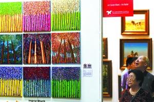 19日上午,第十五届北京国际艺术博览会在国际贸易中心开幕。出自不同国家和流派的艺术作品在艺博会上汇聚一堂,让人目不暇接。记者 孙戉摄