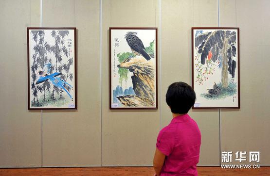 8月25日,观众在参观展览。新华网图片 郭程 摄