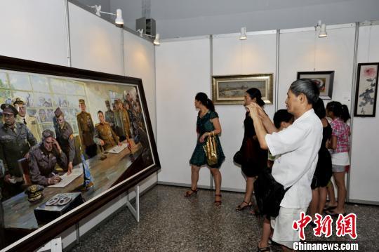 成都民众参观中朝美术作品展。安源 摄
