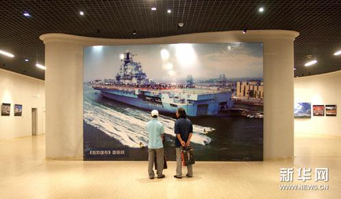 """9月5日,观众在""""走进滨海""""旅游摄影作品展上参观。新华网图片 王青岩 摄"""