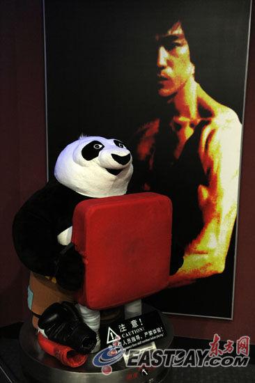 """在互动体验区,""""功夫熊猫""""甘当陪练。"""