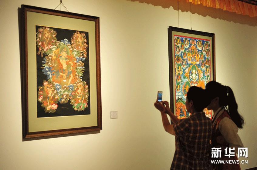 参观者在拍摄展出的唐卡作品。
