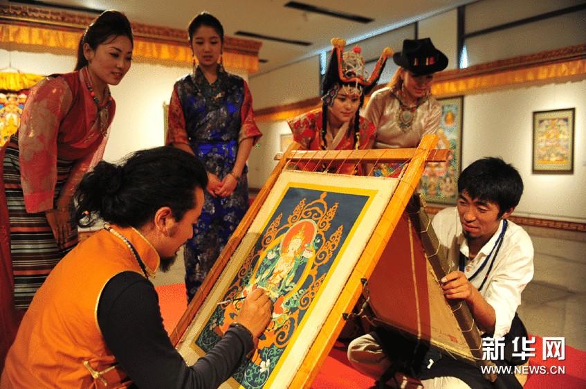 两位画师现场展示唐卡绘画艺术。