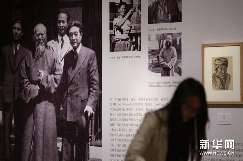 专题展亮相北京齐白石(背景照片左二)、徐悲鸿(背景照片左四)等苏立文结交的著名画家的照片在中国美术馆的展厅内十分醒目。