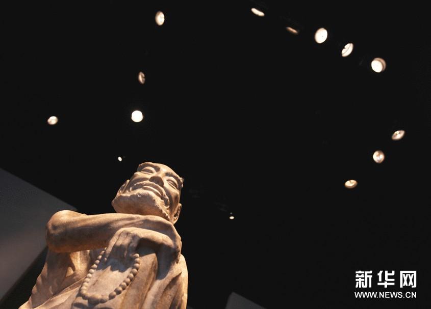 法国巴黎第26届古董双年展上展出的中国古代佛像