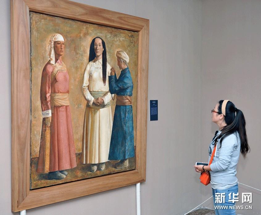 观众在欣赏中国美术馆馆藏作品