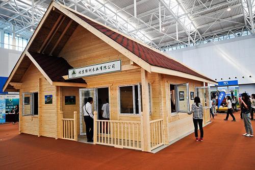 9月20日,市民在参观展出的可便捷搭建的木屋。当日,2012中国旅游产业博览会在天津梅江会展中心开幕。参展的中外企业共500家,展位2500个,预计参展参会和采购人员超过2万人,与会观众将达到20万人。据了解,由国家旅游局和天津市政府共同主办,联合国世界旅游组织特别支持的中国旅游产业博览会已在天津连续举办了3届。本届博览会将持续至9月22日。