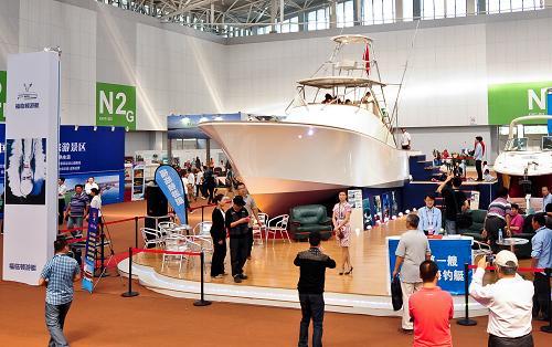 9月20日,观众在参观一艘金枪鱼钓鱼艇。当日,2012中国旅游产业博览会在天津梅江会展中心开幕。参展的中外企业共500家,展位2500个,预计参展参会和采购人员超过2万人,与会观众将达到20万人。
