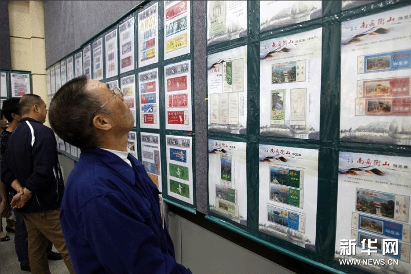 观众在湖南省衡阳市博物馆展览厅观看南岳衡山系列游览券