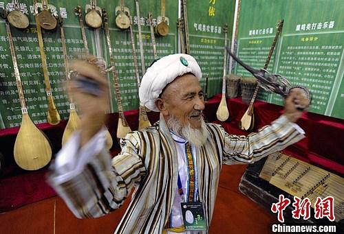 图为一位老人演奏维吾尔民间乐器——萨巴依。刘新 摄