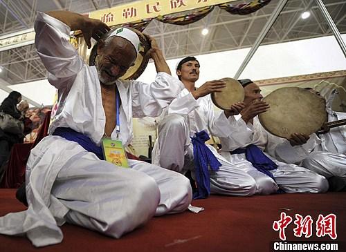 图为一位维吾尔民间老艺人激情演奏手鼓。刘新 摄