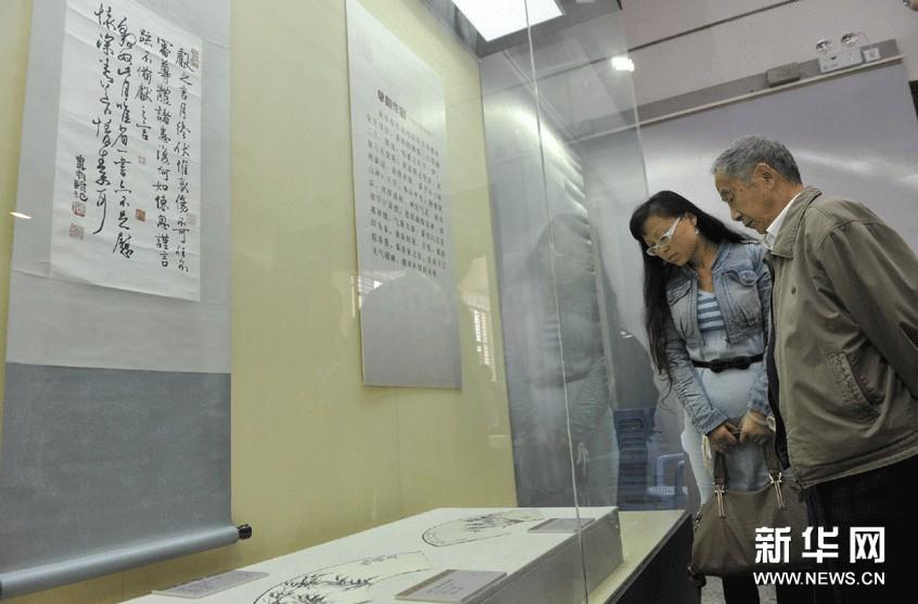 市民参观邓散木先生书法作品。