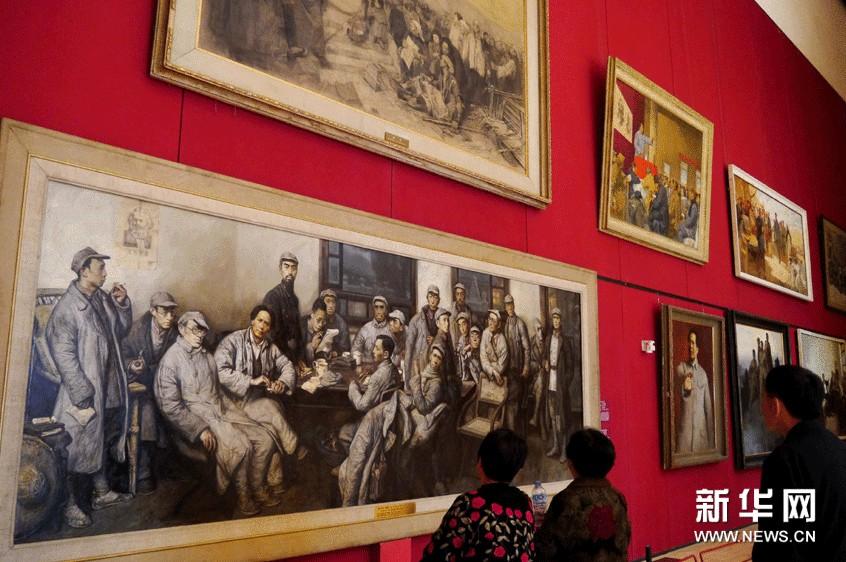 观众在中国国家博物馆内观赏画家沈尧伊1997年的油画作品《遵义会议》。