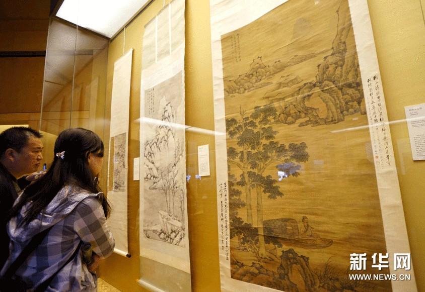 11月6日,参观者在苏州博物馆欣赏沈周作品。