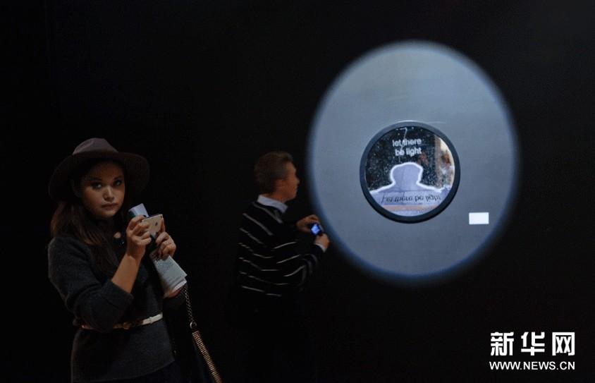 11月6日,参观者在俄罗斯首都莫斯科举行的中国当代青年艺术家作品展上参观。