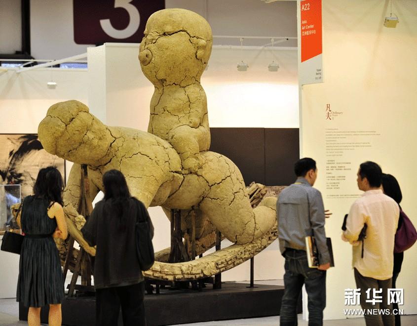 11月8日,参观者在2012第19届台北国际艺术博览会上欣赏艺术作品《凡夫系列——不息》。