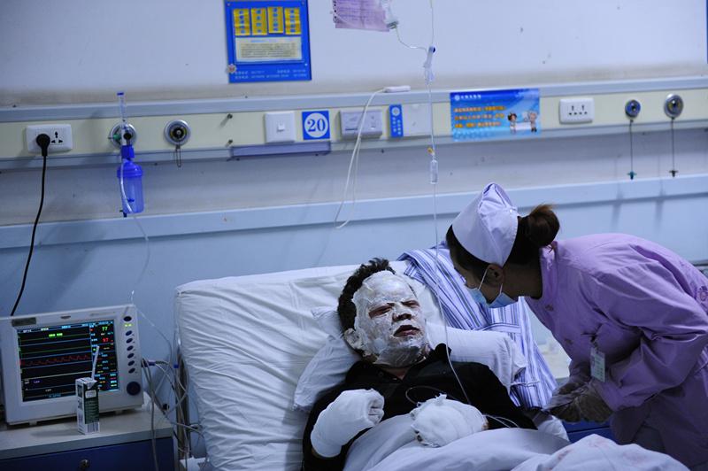 护士正在询问伤员的情况