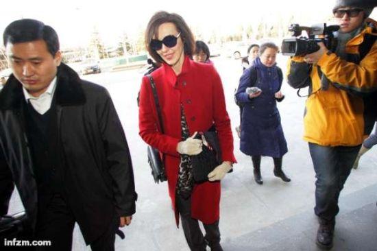 2011年12月15日,李阳的妻子李金准备进入法院。当日上午,备受社会关注的李阳妻子因家暴起诉离婚案在北京市朝阳区法院开庭,原告和被告双方均参加了当日的庭审。法院对双方进行了调解,但未成功。据悉,朝阳区法院将对此案进一步审理。 (新华社/图)