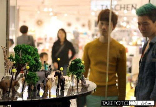 12月1日,顾客在香港K11观看正在举行的《颤·动·感——台湾数位艺术新视野》。
