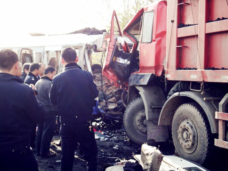 安徽六安发生特大交通事故致5死16伤