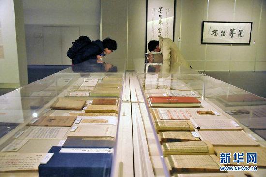 12月8日,参观者在中国美术学院书法专业创办五十周年文献展上观看书法作品。