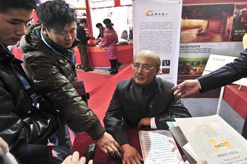 12月20日,参观者在第七届中国北京国际文化创意产业博览会上欣赏高仿硅像《钱学森》。新华社发(王振 摄)