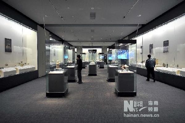 12月25日,观众在参观展览。 新华社记者 郭程 摄