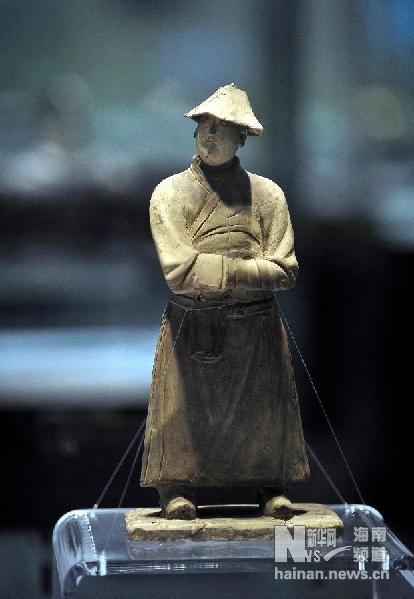 这是从丹麦追索回归的中国元代灰陶鞑帽俑(12月25日摄)。