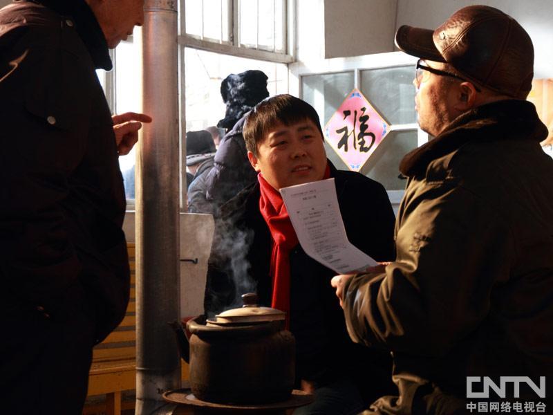 刘大成和其他演员对词