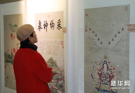 1月10日,一名观众在参观展出的作品。新华网图片