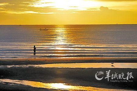 泰国曼谷西南部沐浴在金色的晨光中