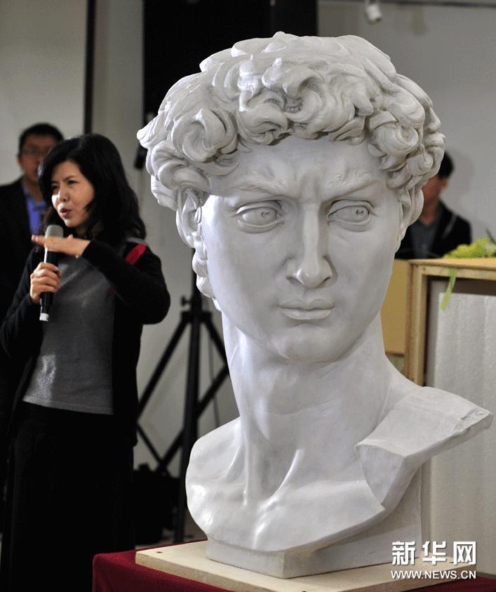 1月23日,在台北历史博物馆,本次展览的策展顾问刘俊兰向观众介绍米开朗基罗雕塑品《大卫头像》的石膏复制展品。