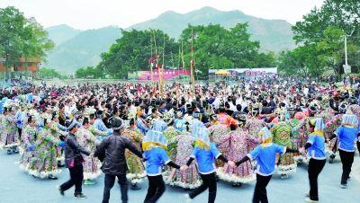 聚居在黔东南的民众在榕江萨玛节上劲舞欢歌。