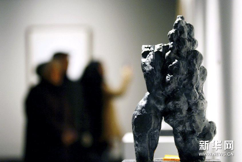 1月24日,参观者在江苏省美术馆欣赏雕塑作品。