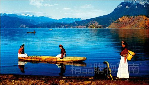美丽的摩梭姑娘与泸沽湖的风景相得益彰