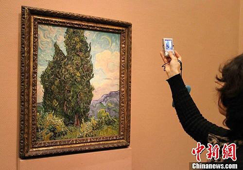 图为荷兰画家文森特•梵高的作品《柏树》。中新社发 潘旭临 摄