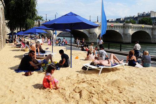 塞纳河畔的人造沙滩