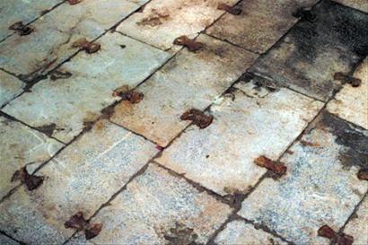 底石由一块块青石板平铺而成,石板间嵌铁锭榫,防止渗水和石板移位。