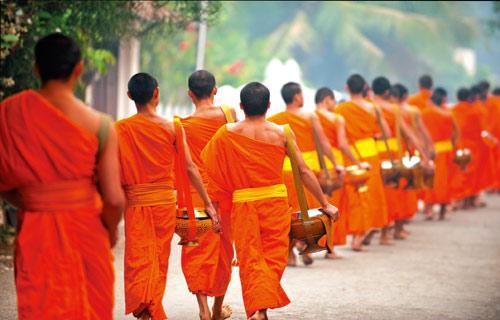 化缘僧人的队伍缓缓而来。