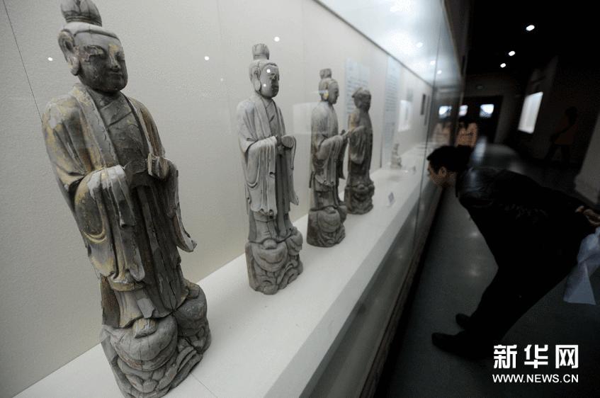 2月24日,参观者在欣赏展品。