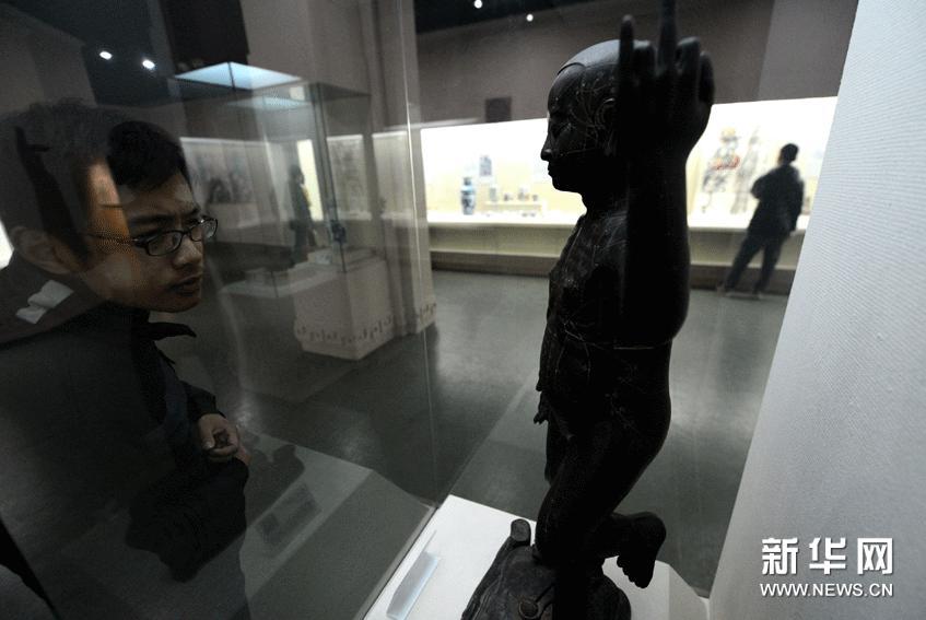 2月24日,观众在欣赏展品。